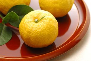 3個の柚子の写真素材 [FYI01931250]
