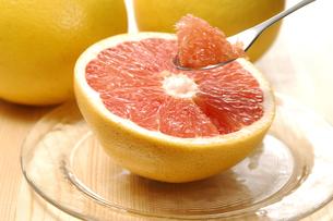 グレープフルーツをスプーンですくうの写真素材 [FYI01931356]