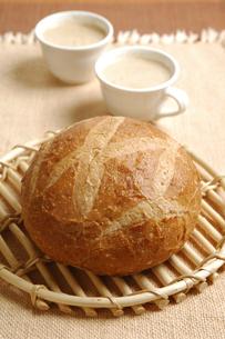 田舎パンとカプチーノの写真素材 [FYI01931431]