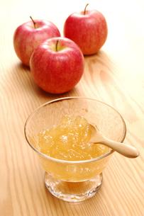 リンゴジャムと3個のリンゴ(フジリンゴ)の写真素材 [FYI01931438]