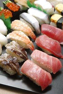 にぎり寿司の盛り合わせの写真素材 [FYI01931500]