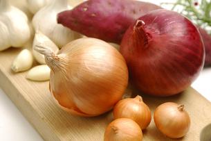 タマネギとサツマイモとニンニクの写真素材 [FYI01931505]