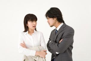 睨みあう男性と女性の写真素材 [FYI01931850]