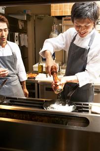 厨房で料理を作る調理師の写真素材 [FYI01932122]