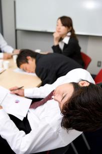 打ち合わせ中に眠る男性の写真素材 [FYI01932250]