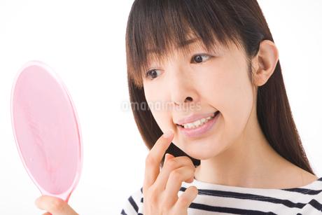 歯をチェックする女性の写真素材 [FYI01932274]