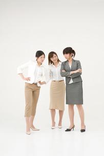 喧嘩をする女性2人と仲裁に入る女性の写真素材 [FYI01932311]