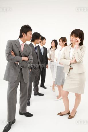 対立する男性3人と女性3人の写真素材 [FYI01932359]