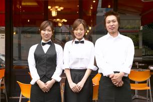 カフェの前に立つ店員の写真素材 [FYI01932673]