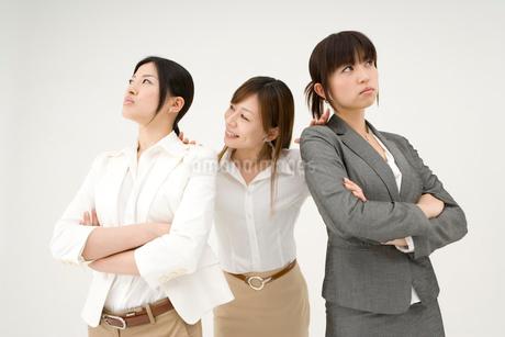 喧嘩をする女性2人と仲裁に入る女性の写真素材 [FYI01932801]