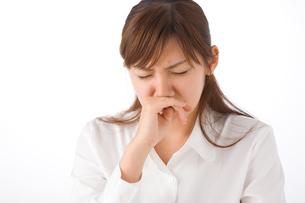 くしゃみをする女性の写真素材 [FYI01932942]