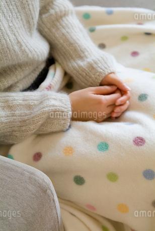 ブランケットを掛けて座る女性の写真素材 [FYI01933016]