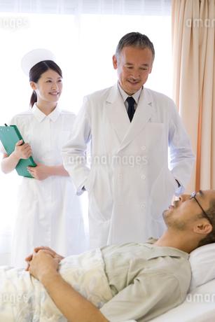 患者の回診をする医師と看護師の写真素材 [FYI01933069]