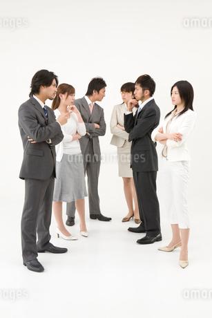 対立する男性3人と女性3人の写真素材 [FYI01933316]
