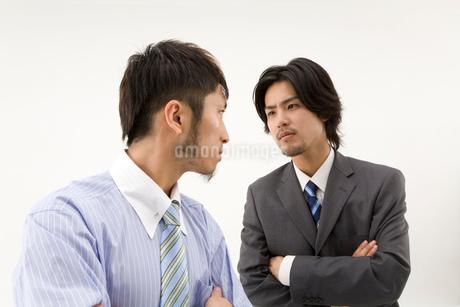 睨みあう男性2人の写真素材 [FYI01933400]