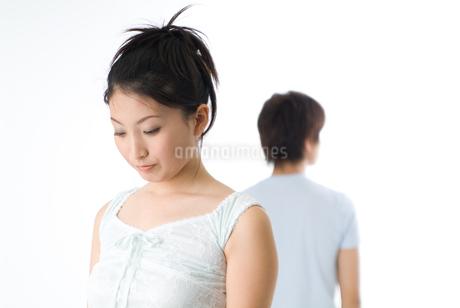 ケンカをする20代のカップルの写真素材 [FYI01933495]