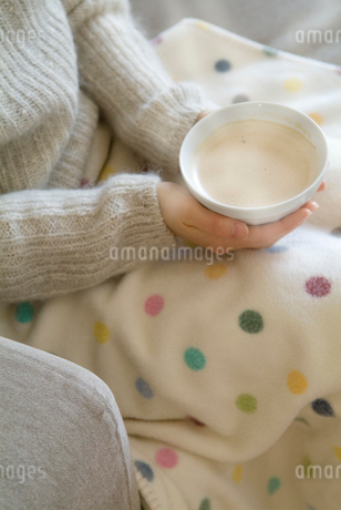 カフェオレを持つ女性の写真素材 [FYI01933780]
