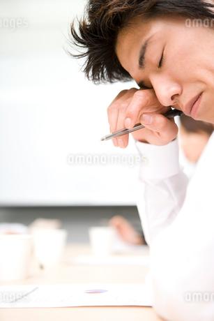 目をこする男性の写真素材 [FYI01933898]