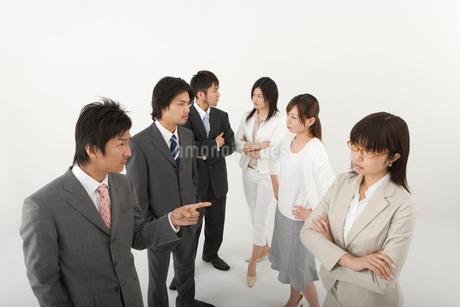 対立する男性3人と女性3人の写真素材 [FYI01933957]