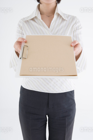 クリップボードを差し出す女性の写真素材 [FYI01934086]