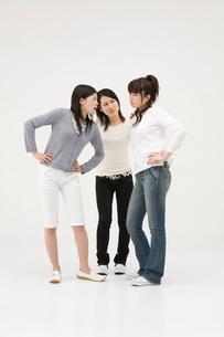 喧嘩をする2人の女性と仲裁に入る女性の写真素材 [FYI01934218]