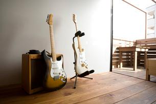 2本のエレキギターとアンプの写真素材 [FYI01934275]