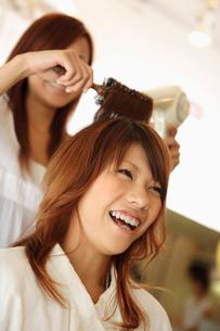 髪をブローされる女性の写真素材 [FYI01934334]