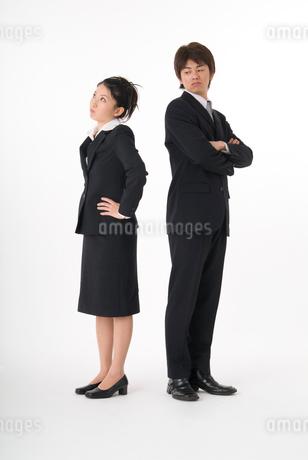 対立するスーツ姿の男女の写真素材 [FYI01934357]
