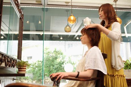 髪をブローされる女性の写真素材 [FYI01934434]