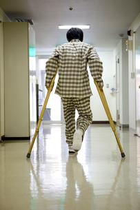 松葉杖を付く男性患者の写真素材 [FYI01934436]