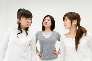 喧嘩をする3人の女性の写真素材 [FYI01934548]