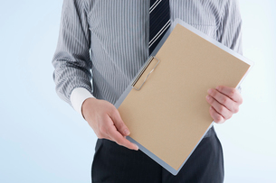 クリップボードを持つビジネスマンの写真素材 [FYI01934555]
