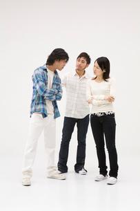 喧嘩をするカップルと仲裁に入る男性の写真素材 [FYI01934558]