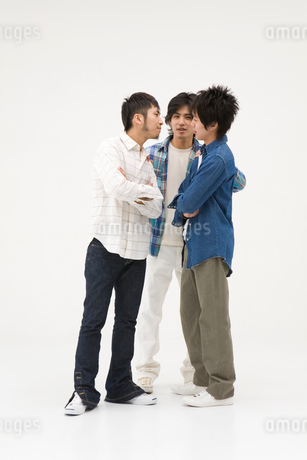 喧嘩をする2人の男性と仲裁に入る男性の写真素材 [FYI01934777]