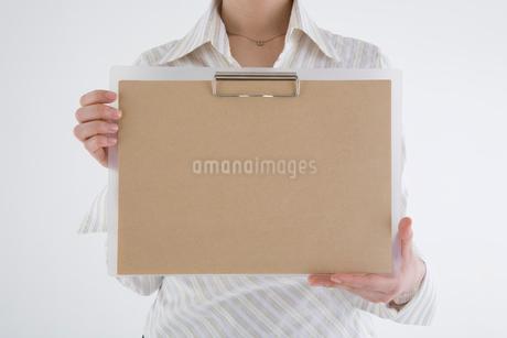 クリップボードを持った女性の写真素材 [FYI01934924]
