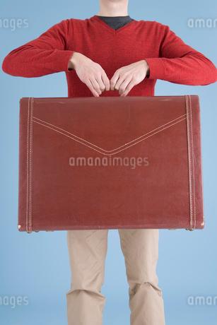 大きなカバンを持った男性の写真素材 [FYI01935157]