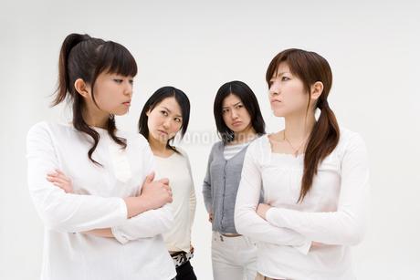 睨みあう4人の女性の写真素材 [FYI01935198]