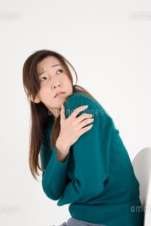 怯える女性の写真素材 [FYI01935204]