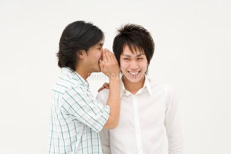 内緒話をする2人の男性の写真素材 [FYI01935245]