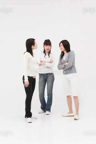 喧嘩する3人の女性の写真素材 [FYI01935448]