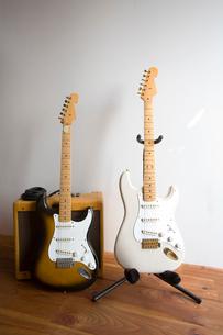 2本のエレキギターとアンプの写真素材 [FYI01935485]