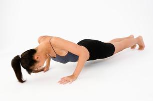 腕立て伏せをする女性の写真素材 [FYI01935585]
