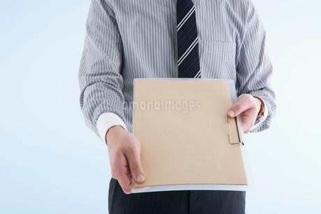 クリップボードを差し出すビジネスマンの写真素材 [FYI01935611]