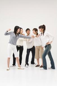 喧嘩をする若者達の写真素材 [FYI01935627]