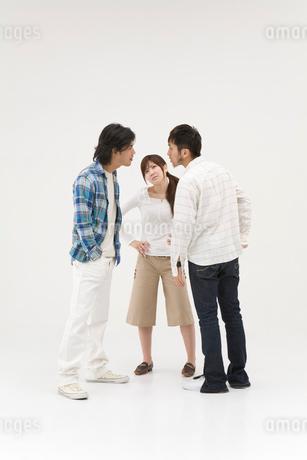 喧嘩をする2人の男性と女性の写真素材 [FYI01935978]
