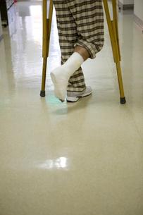 松葉杖を付く男性患者の写真素材 [FYI01936053]