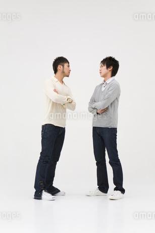 喧嘩をする男性の写真素材 [FYI01936295]