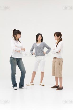 喧嘩をする3人の女性の写真素材 [FYI01936310]