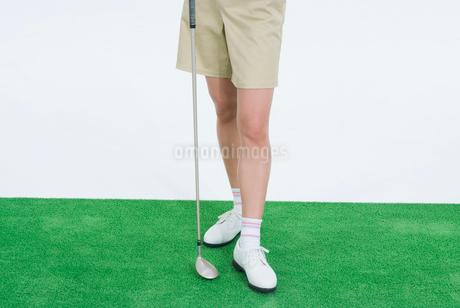 女性ゴルファーの足の写真素材 [FYI01936331]