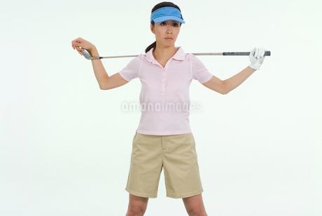 クラブを持つ女性ゴルファーの写真素材 [FYI01936365]